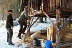 Myslivci Václav Šedivý (na žebříku) a Martin Keil při práci v krmelci v lese u Markvarce.