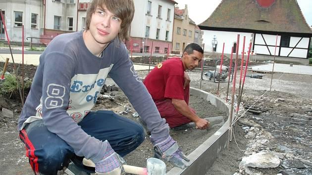 Zdeněk Kratina (vlevo) a František Makula pracují na novém chodníku u žateckého kulturního domu Moskva.