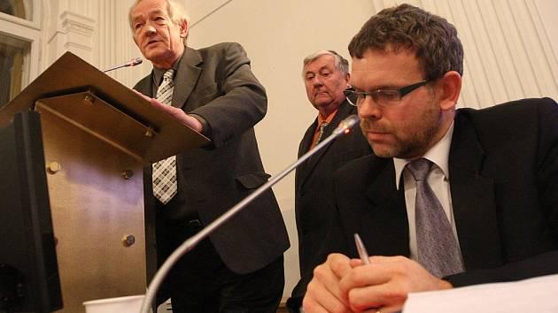 Zastupitel Stanislav Rybák (vlevo) hovoří ke kolegům. Vpředu starosta Loun Jan Kerner