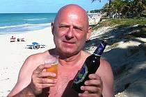 Petr Šimáček si dává žatecké pivo na kubánské pláži.
