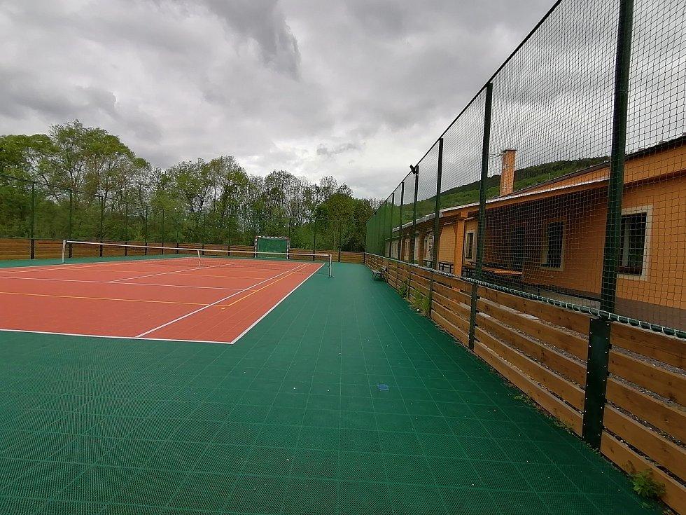 Nedávno v Solopyskách vyrostla nová hospoda s hřištěm na míčové sporty v sousedství.