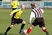 Fotbalové utkání Dobroměřic (v pruhovaném) proti Klášterci. Na snímku Martin Poustka a Ivan Halíř