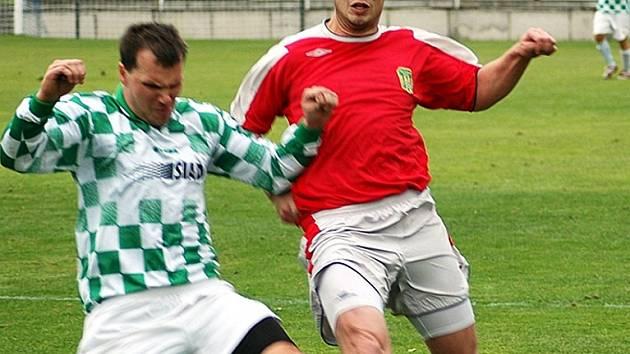 Tomáše Beránka odzbrojuje obránce Baníku Souš v  sobotním utkání KP, které Žatec doma  po zoufalém výkonu v prvním poločasu prohrál 0:1.