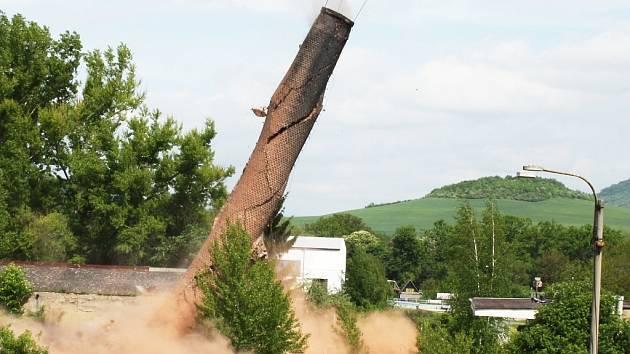 Odstřel komínu v lounském masokombinátu