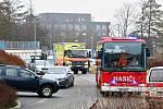 Speciální autobus přiváží účastníky nehody autobusu u Panenského Týnce do fakultní nemocnice v pražském Motole. Ta snímek zveřejnila na sociální síti s tím, že přijali 24 pacientů z této události