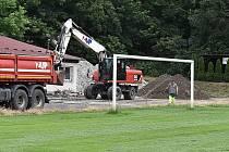 Na fotbalovém stadionu v Žatci jsou v plném proudu práce na výstavbě nové tribuny.