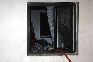 Zásah hasičů u hořícího domku v Nehasicích. Po zkrocení plamenů tam našli mužské tělo