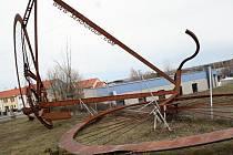 Obří model jízdního kola, který v roce 2016 vyrostl v Lounech, se v pondělí 4. března kvůli silnému větru částečně zřítil.