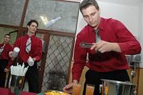 Martin Šafran (vpředu) a Ondřej Hychta při prezentaci barmanského umění.