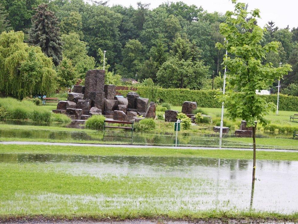 Rozvodněná Ohře v Lounech 4. 6. 2013. Laguny jsou také v odpočinkové zóně V Benátkách. Voda prosákla ze země, přidala se ta, která napršela.