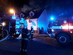 Střechu hospodářského stavení v Milčevsi zachvátily plameny