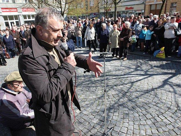 Místostarosta Loun Jan Čermák promlouvá k davu
