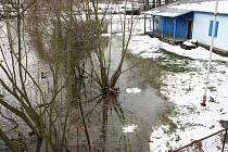 Středa 12. ledna. Voda dosáhla ke klubovně vodních skautů v Masarykových sadech