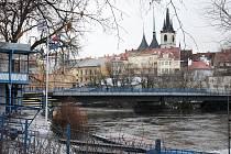 Pohled na Louny, most Veslařů, chrám sv. Mikuláše a Veslařský klub Ohře (vlevo)