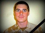 Stephen Townsend, regionální velitel mise ISAF, uděluje českým vojákům pamětní medaili za misi v Afghánistánu.