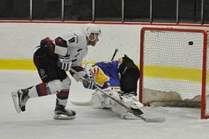 Lounský Slovan (v bílém) dvakrát vedl, ale nakonec o své výhře rozhodl až v samostatných nájezdech.