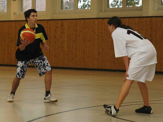 Zástupce průmyslové školy Vlastimil Gazdík má basketbalový míč plně pod kontrolou, zatím.
