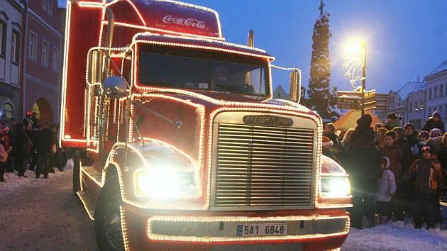 Zářící Coca-Cola kamion zavítal v roce 2011 také do Žatce