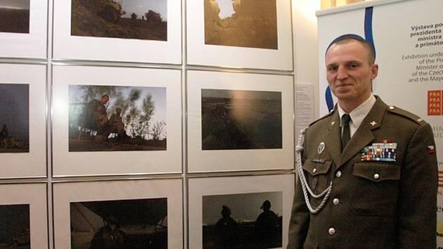 Daniel Hlaváč před svou sérií fotografií s názvem Noční hlídka na výstavě Czech Press Photo v prostorách Staroměstské radnice.