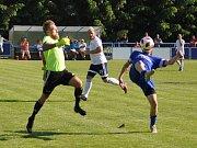 Fotbalisté Loun (v bílém) jsou po jasné výhře v derby s Dobroměřicemi vítězi přeboru Ústeckého kraje a postupují do divize.