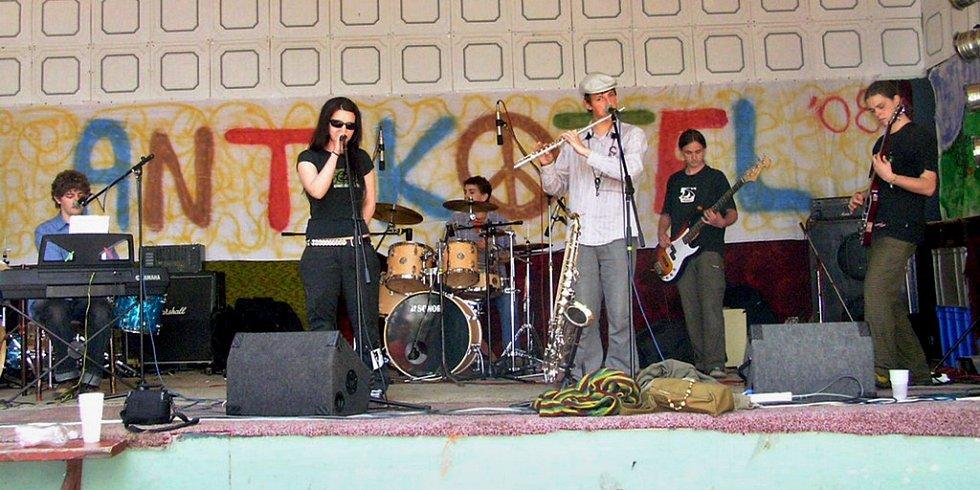 Furt Rovně na začátku své hudební dráhy. Snímek z Antikotle 2008