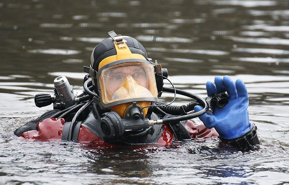 Pátrání policejního potápěče pod mostem Veslařů a v okolí lounského jezu