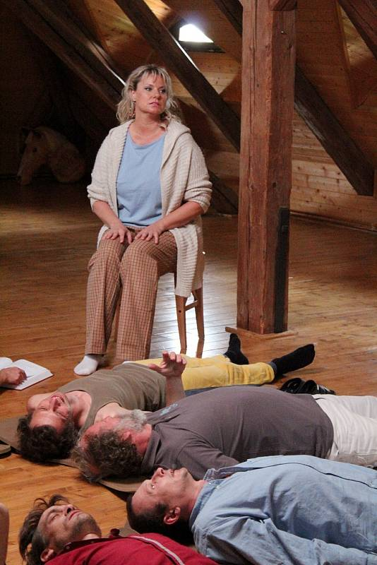 Marika Procházková na židli, dole leží herečtí kolegové