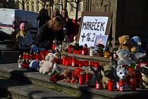 Stovky lidí dorazily v neděli 24. února po poledni na lounské Mírové náměstí rozloučit se s tříletým Marečkem, který na následky týrání zemřel 16. února.