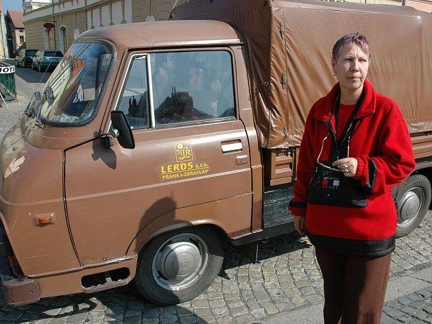 Hana Nachtigalová u svozového vozu.