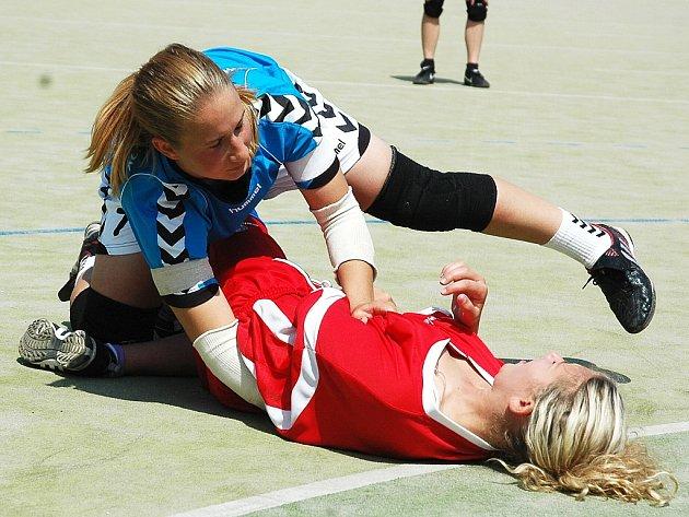 Úvodní zápas prvního kola play off mezi Žatcem (v červeném) a Tymákovem. Edita Bartoňová poznala tvrdost obrany Tymákova