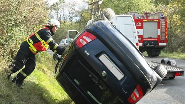 Nehoda osobního vozu u Staňkovic.