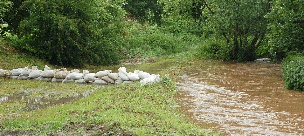 Úterý 4. června 2013. V Oboře se stavěla hráz kvůli tamnímu potoku, který se rozlil na silnici.