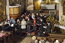 Návštěvníci koncertu v kostele v Opočně poslouchají vystoupení interpretů.