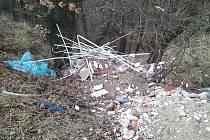 Odpadky v přírodě v lokalitě Ráj na okraji Žatce.