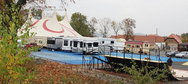 Cirkus Prince rozbil své šapitó na lounském letním cvičišti