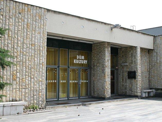 Vchod do Domu kultury v Lounech