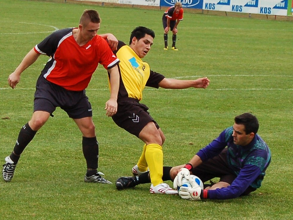 V závěru zápasu se snažil o změnu skore i střídající dobroměřický Václav Kaleja (ve žlutočerném), ale neúspěšně.
