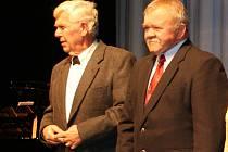 Antonín Hluštík (vlevo) na snímku z roku 2009 s Emilem Volkmannem. Oba hráli významnou roli v moderní historii města Loun: Antonín Hluštík byl členem první polistopadové rady města, a také místostarostou. Emil Volkmann byl prvním polistopadovým starostou