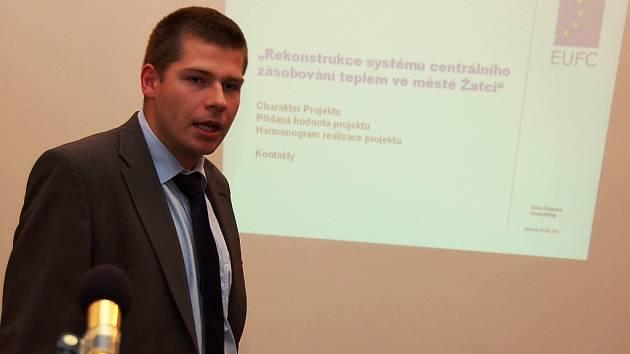 Dan Majer hovoří při prezentaci na jednání žateckých zastupitelů.