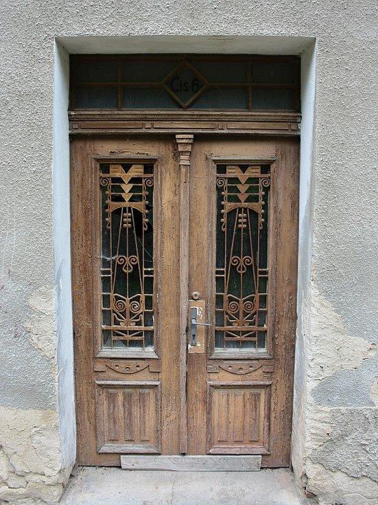 Jeden ze vchodů do domu čp 6, kde měli Rosenbaumovi obchod