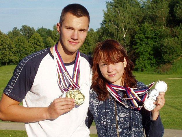 Kateřina Iblová a Tomáš Plevko se svými medailemi.