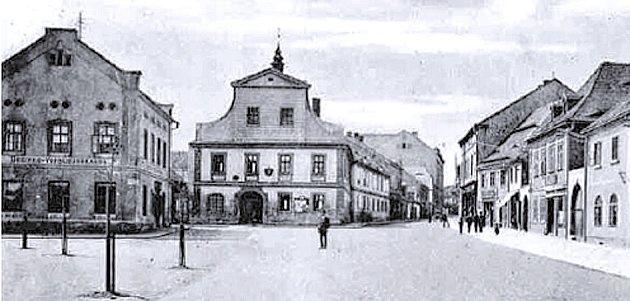 Historický snímek staré městské spořitelny v Postoloprtech (budova vlevo).