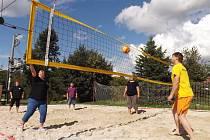 Volejbal na písečné pláži v Holedeči