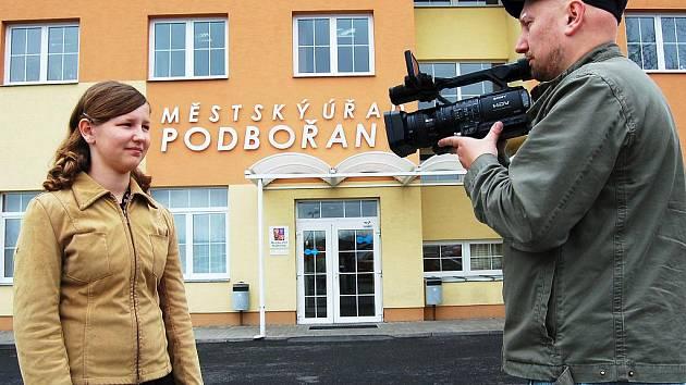 Šárka Šebestová a Jiří Diviš natáčejí před novou podbořanskou radnicí.