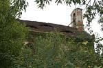 Kostel a přilehlý hřbitov v Přibenicích na Podbořansku jsou ve zdevastovaném stavu.