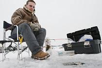 V Račičích na Litoměřicku začali rybáři chytat ryby v zamrzlém vodním kanále.