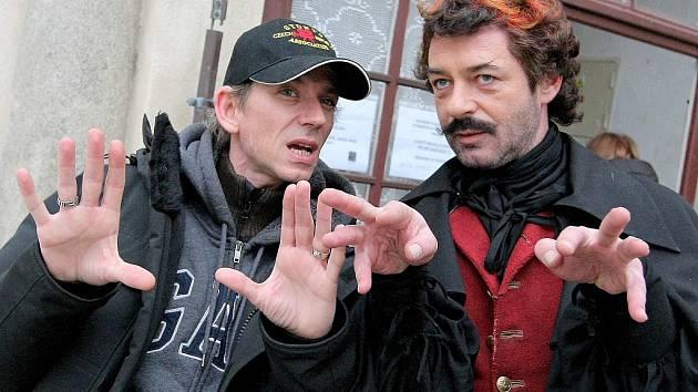 Režisér Jiří Strach (vlevo) vysvětluje pokyny herci Jiřímu Dvořákovi při natáčení pohádky Anděl Páně 2, která nyní slaví úspěch v celé České republice.
