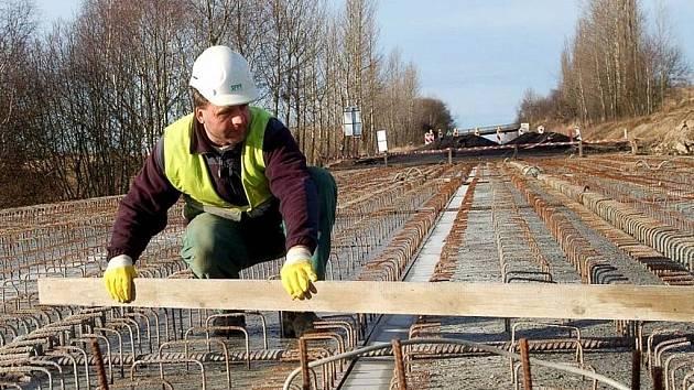 Dělník pracuje na rekonstrukci mostu přes Tašovické údolí nedaleko Bochova.