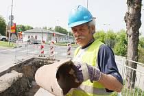 Miroslav Schütz odkládá kus starého kanalizačního potrubí při opravách v Lounech. V lounské ulici Českých Bratří nyní začala rozsáhlá rekonstrukce vodovodního a kanalizačního potrubí.