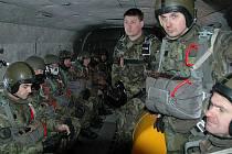 Příslušníci žatecké brigády čekají při výsadkářském výcviku na vysazení z vrtulníku.